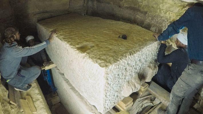 Numa câmara mortuária claustrofóbica, com pouco espaço de manobra, os trabalhadores usam macacos de aço e ...