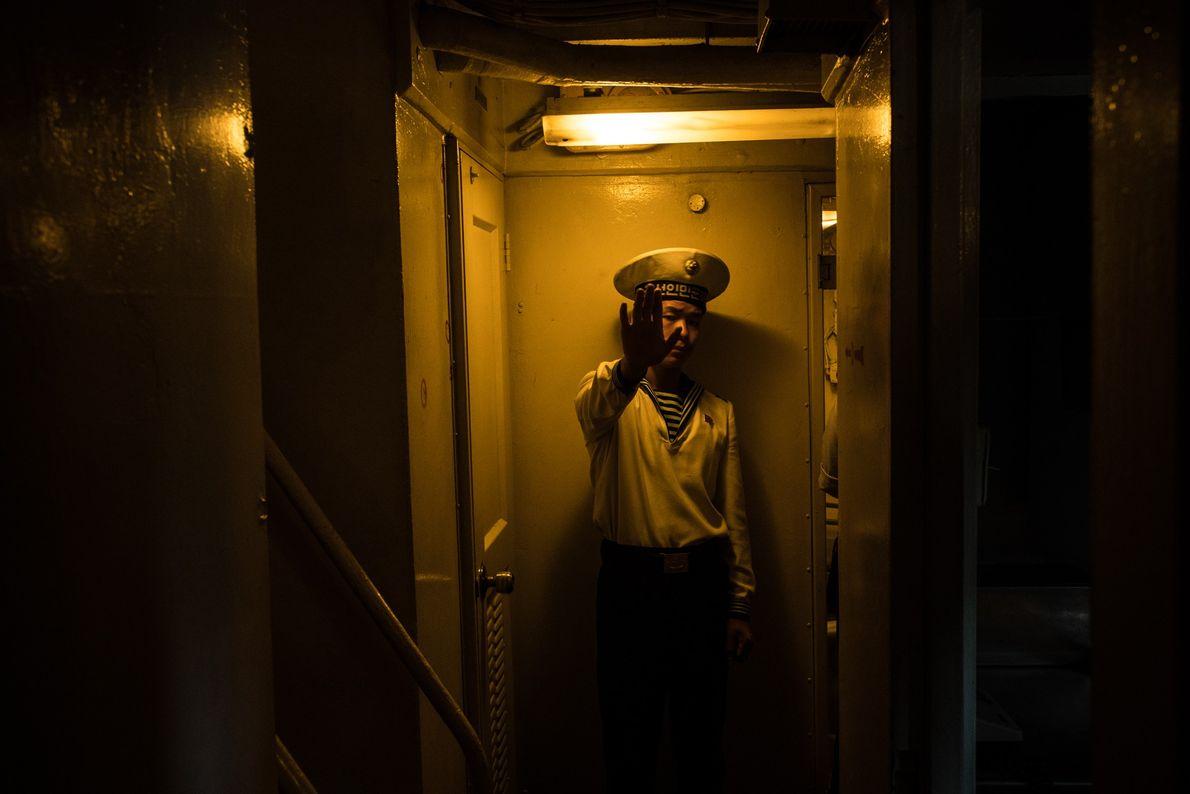 Um marinheiro norte-coreano dentro do navio espião capturado, USS Pueblo