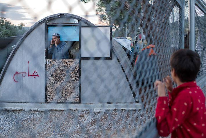 O campo de Moria, em Lesbos, está de tal forma sobrelotado que os refugiados vivem atualmente ...