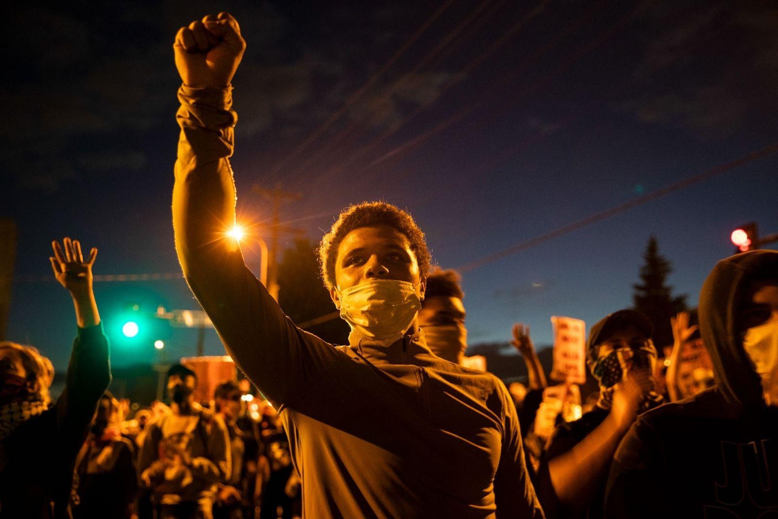 'Estamos a Sofrer, Estamos a Sofrer' – Mágoa e Revolta em Minneapolis