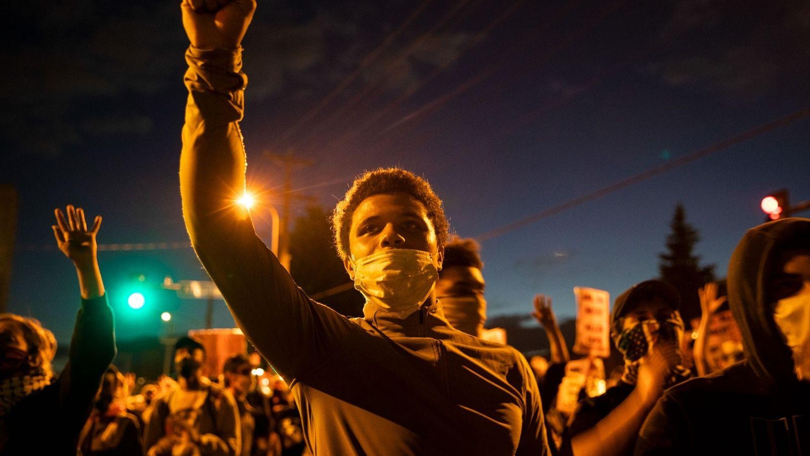 No dia 29 de maio, manifestantes reuniram-se junto a uma esquadra de polícia em Minneapolis para ...