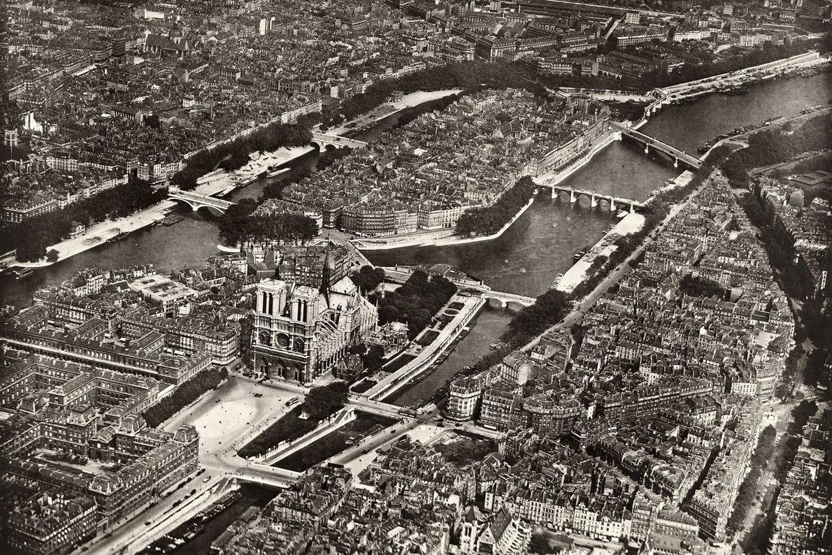 No centro de Paris, a Catedral de Notre-Dame é uma das atrações turísticas mais visitadas do ...