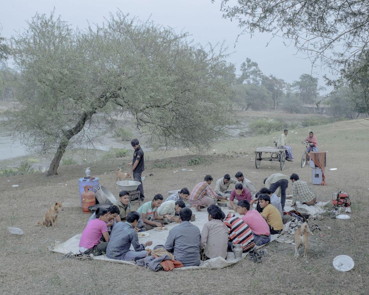 Um grupo desfruta de uma refeição ao ar livre, em Bengala Ocidental.
