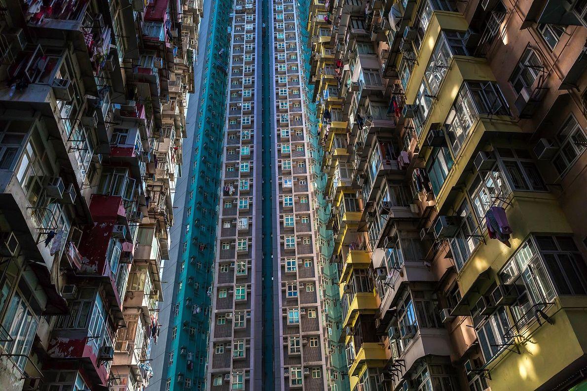 Fotografia de um arranha-céus de apartamentos alto em Hong Kong