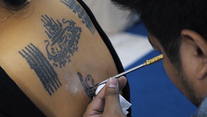 Veja Como Este Ex-Monge Abençoa Diversas Pessoas Com as Suas Tatuagens Espirituais