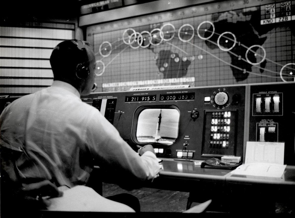 """Alan Shepard, astronauta do Programa Mercury, trabalha na sua consola como comunicador de cápsula – """"capcom"""" ..."""