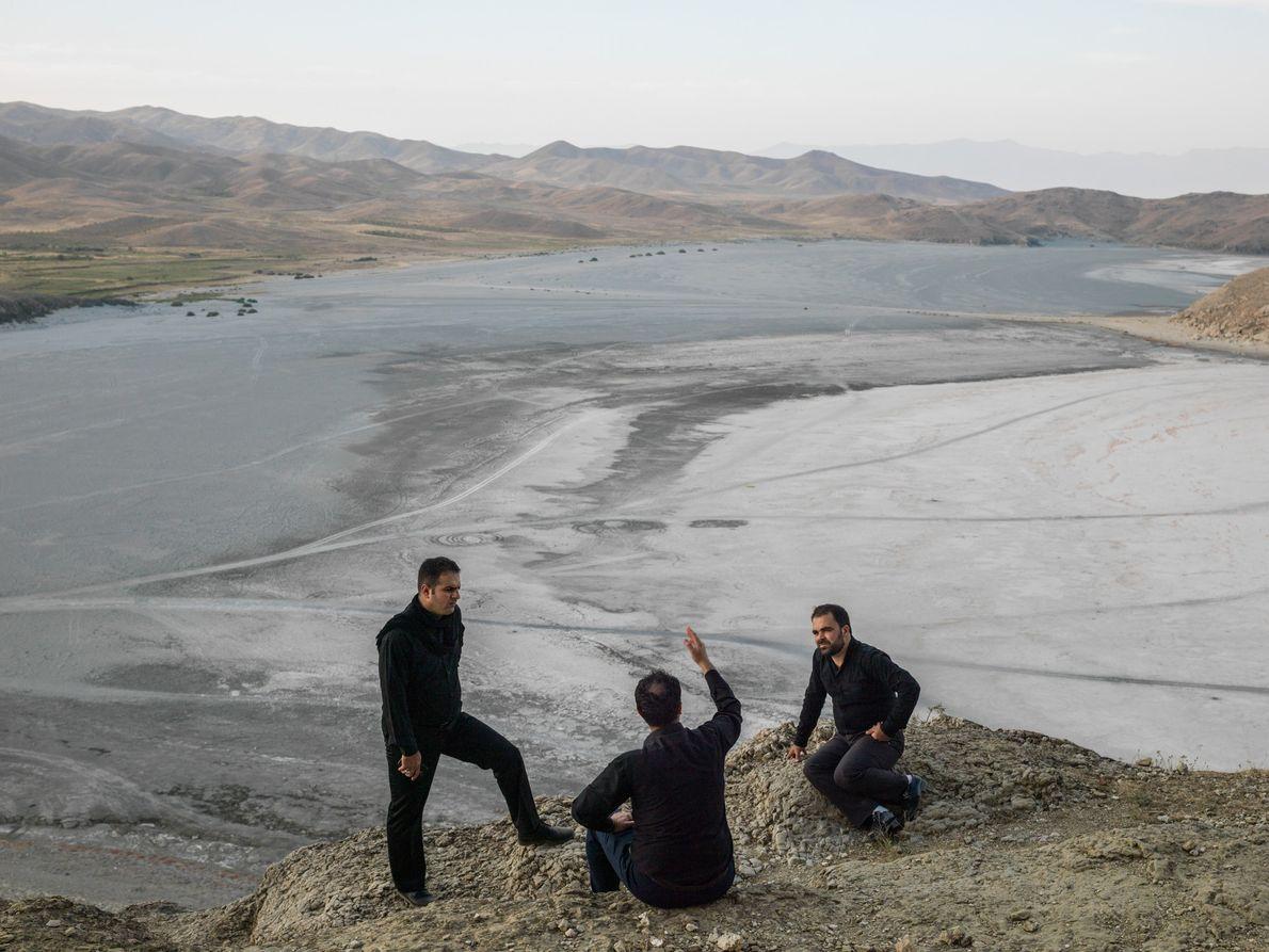 Três irmãos na aldeia de Guvarchin Qaleh