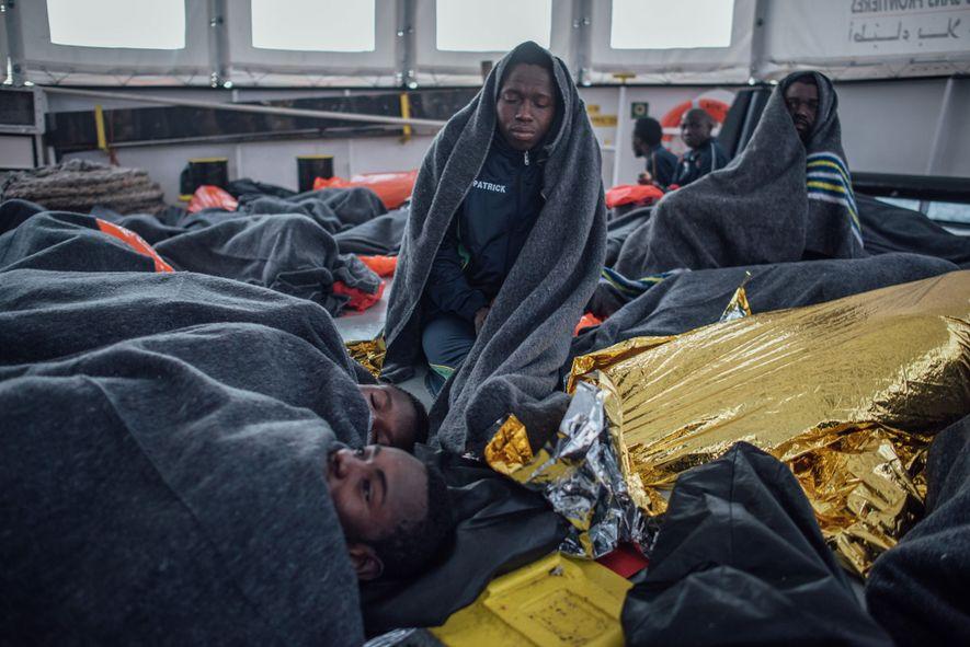 Sendo um veículo para o êxodo, o Aquarius cria oportunidades para que os refugiados contem as ...