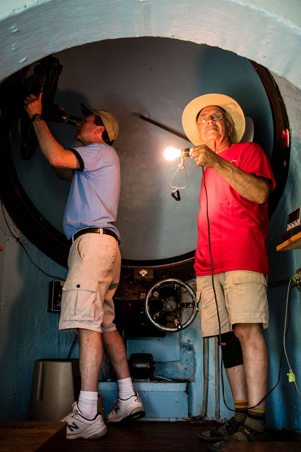 Participantes do festival Stellafane ajustam um telescópio alojado numa cúpula.
