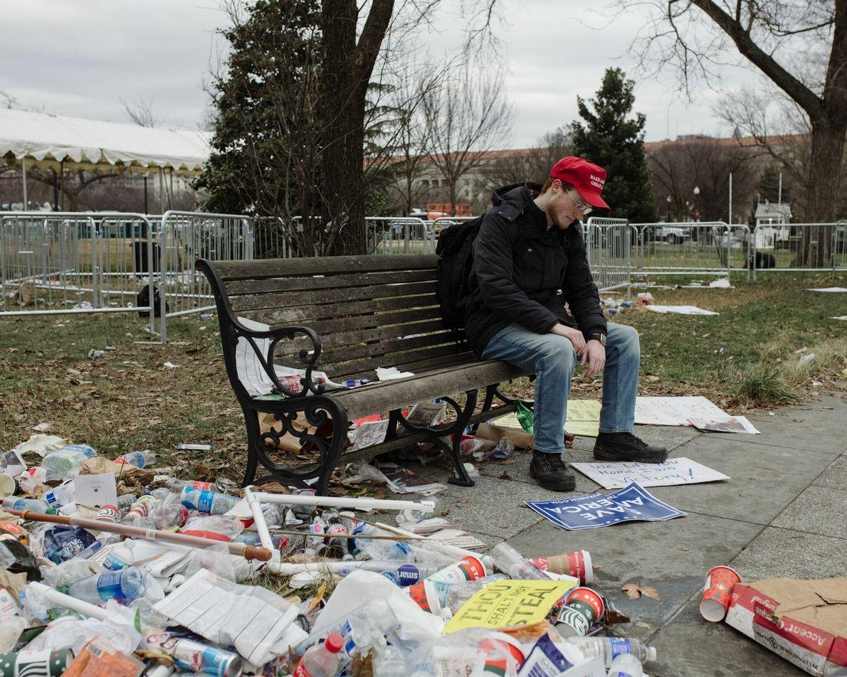 """Um apoiante do presidente Trump no comício """"Parem o Roubo"""" no dia 6 de janeiro. Os ..."""