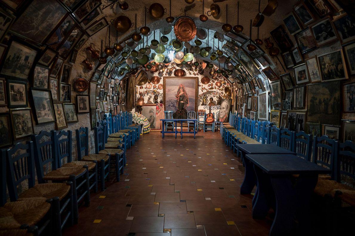 Um conjunto de luzes ilumina o interior da gruta, onde dançarinos de flamengo atuam todas as ...