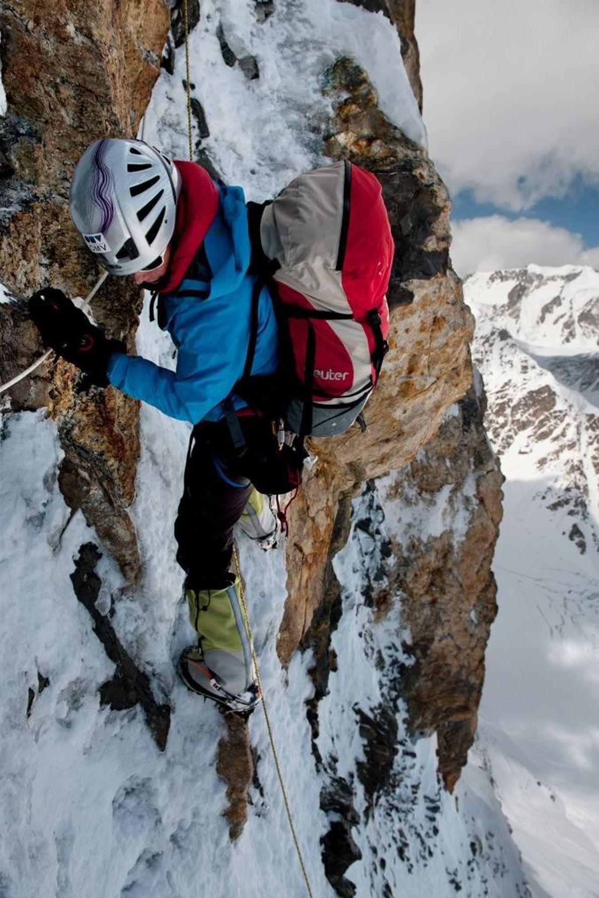 Kaltenbrunner escala uma parede rochosa, coberta com gelo, no K2.