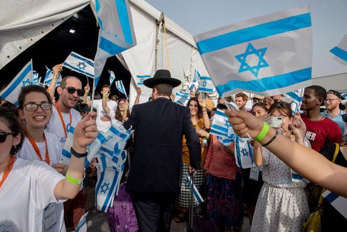 Os imigrantes judeus, principalmente vindos de França, foram calorosamente recebidos quando chegaram a Telavive no dia ...