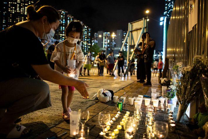 Um pequeno memorial ao ar livre que presta homenagem a Alex Chow, estudante que morreu no ...
