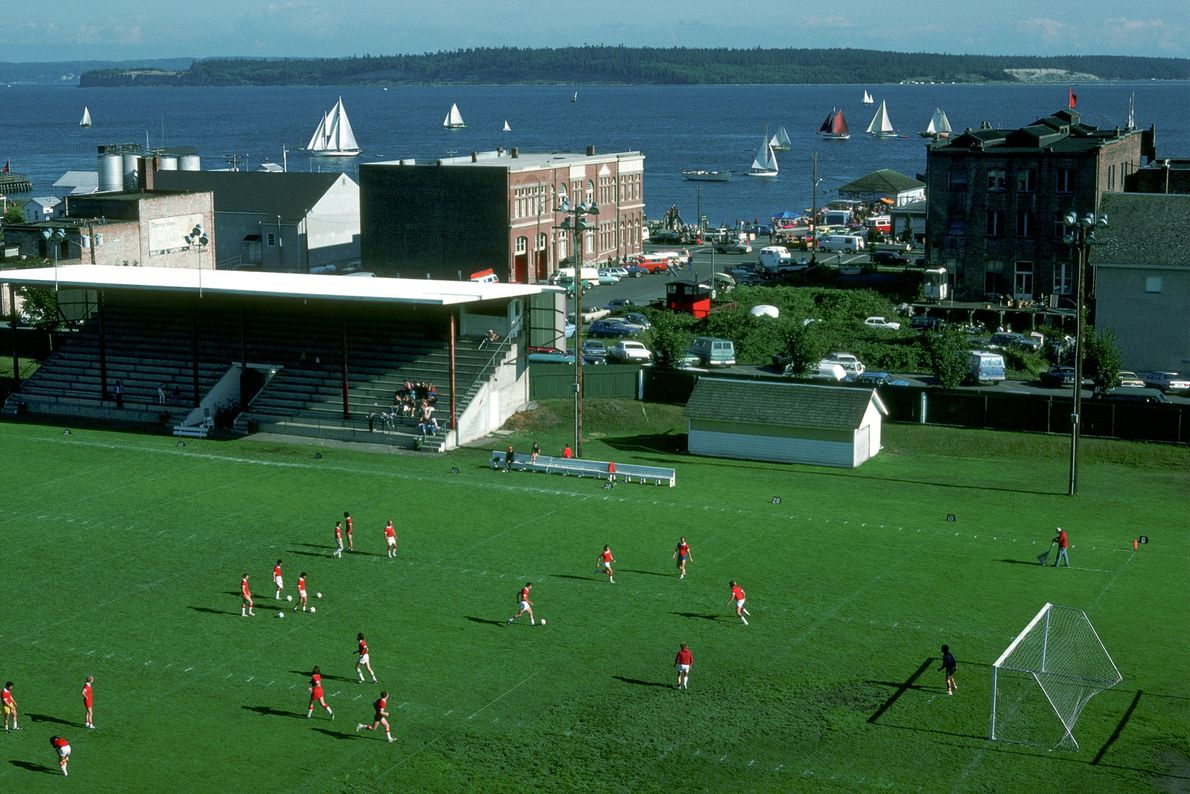 Jogadores disputam uma partida de futebol.