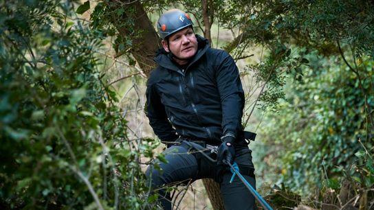 Gordon Ramsay desce uma montanha em rapel, na região de Marrocos do Médio Atlas, para se ...