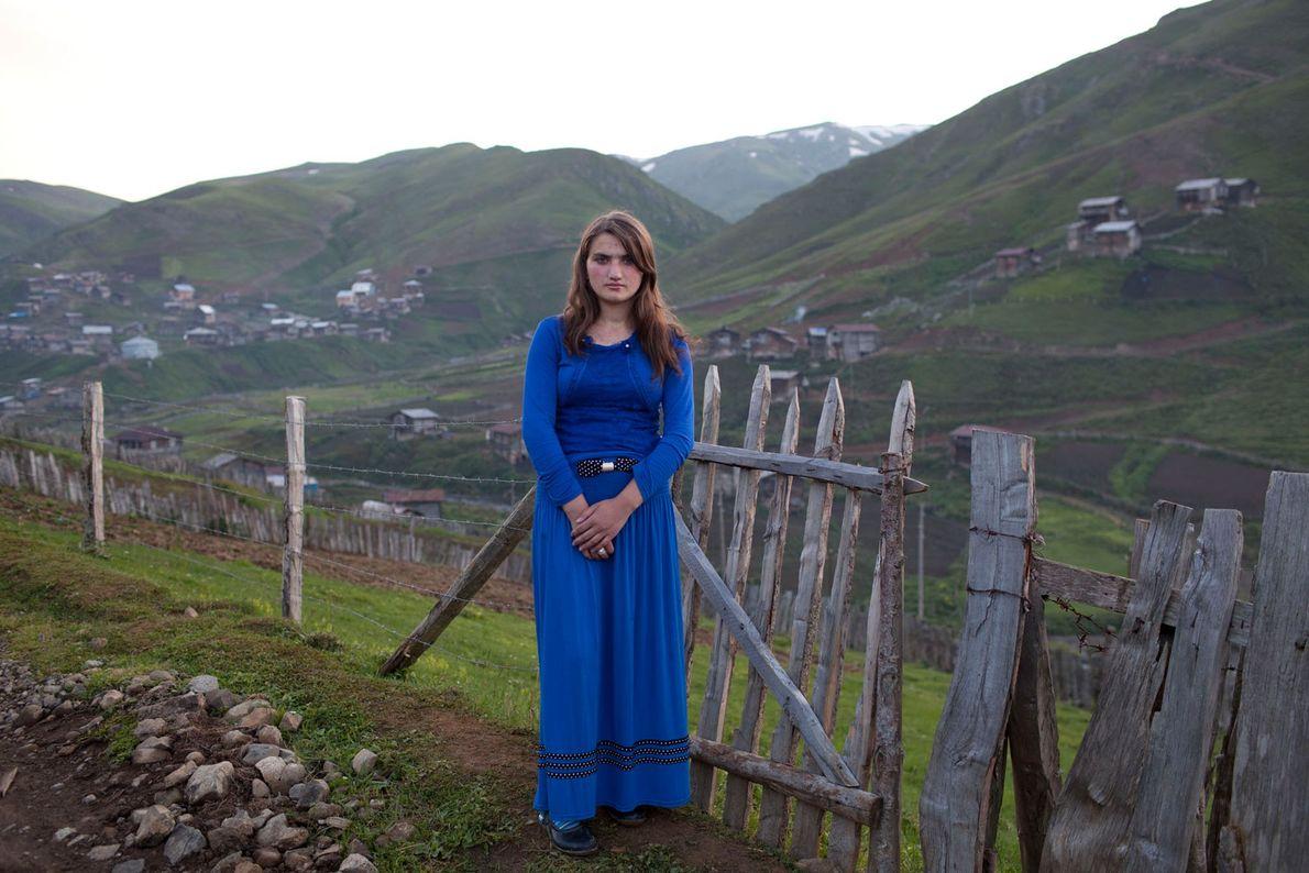 Fotografia de uma rapariga de 15 anos vestida com um vestido azul