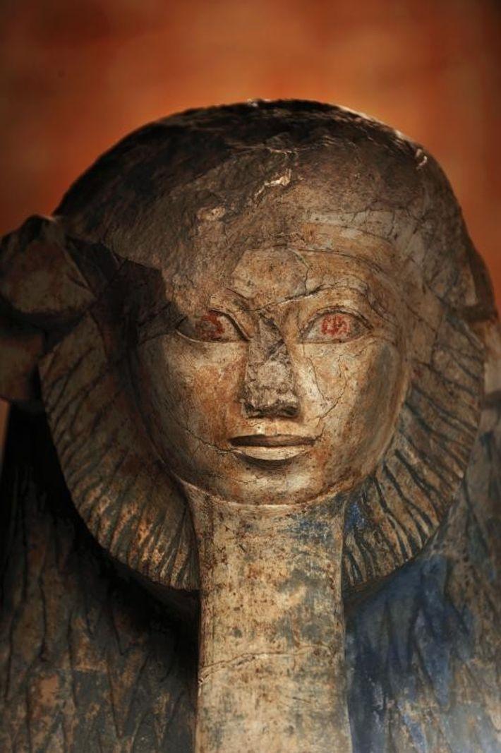 Retratada como uma esfinge, a rainha Hatshepsut apresenta uma juba de leão, bem como a tradicional ...