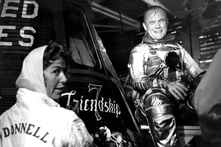 "Cecelia Bibby, artista da Chrysler Aerospace, pinta ""Friendship 7"" na cápsula Mercury do astronauta John Glenn ..."