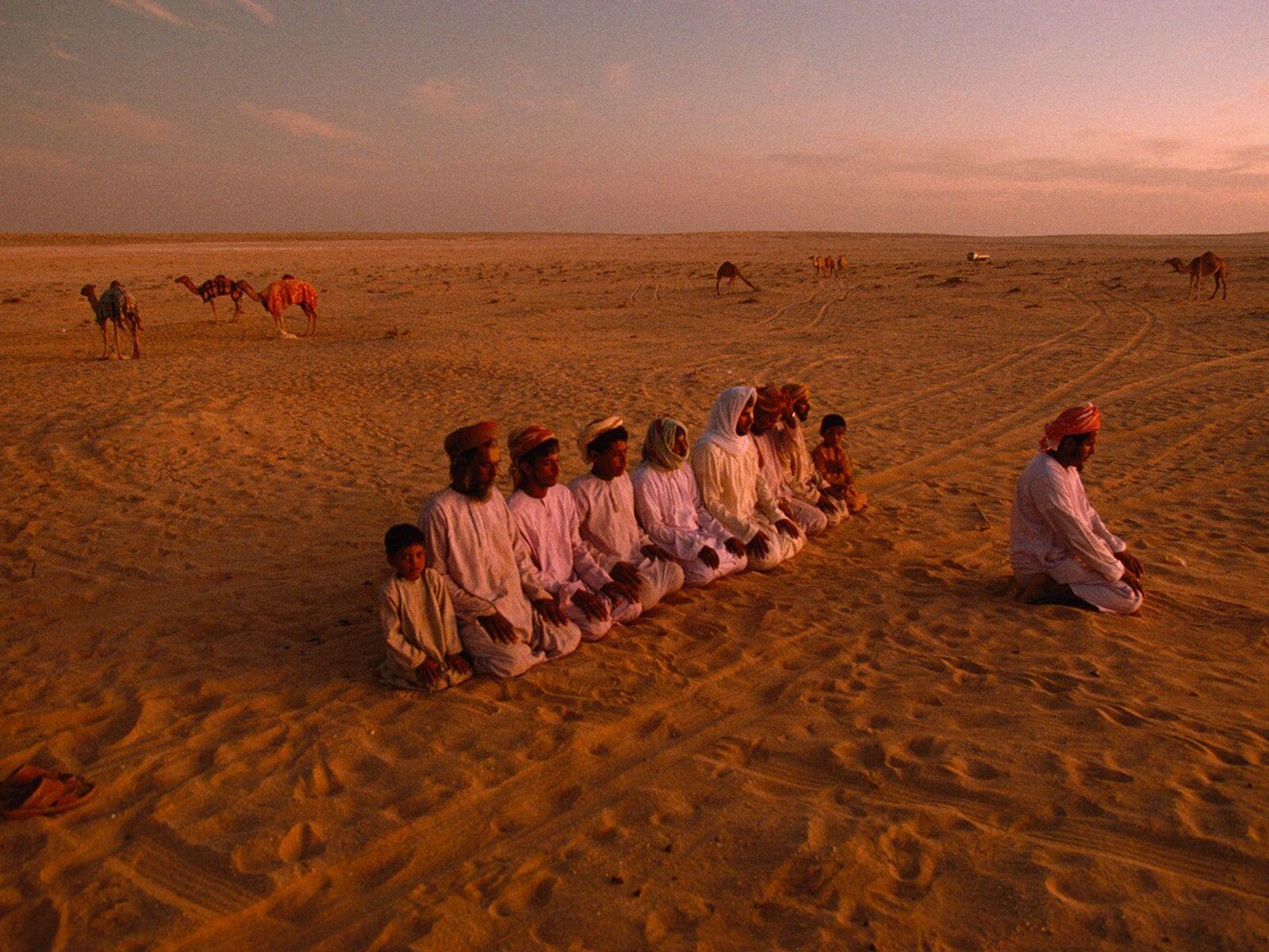 Omã, 1992: Beduínos Hamad Haraiz Harsousi fazem orações noturnas em Jiddat al Harasis, um deserto famoso ...