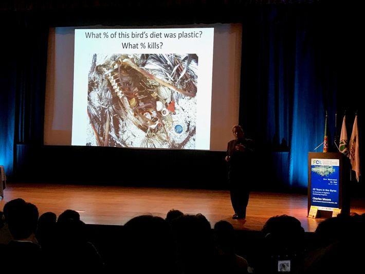 Imagem da palestra de Charles Moore no Dia Nacional do Mar, em Lisboa.