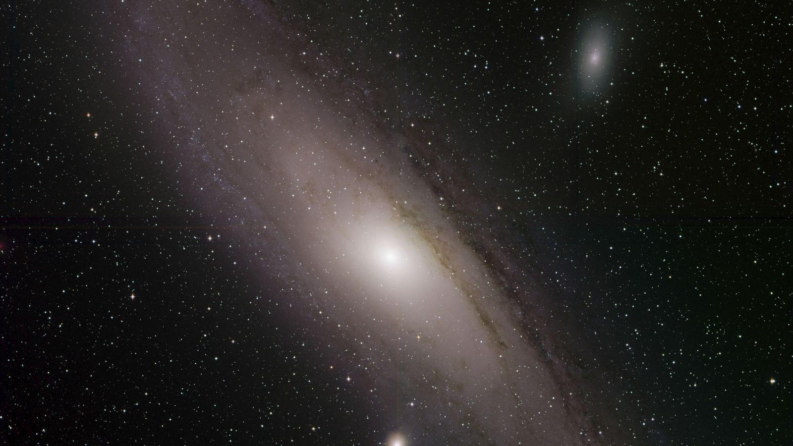 A galáxia de Andrómeda, também conhecida como Messier 31, brilha numa fotografia recém-divulgada pela Zwicky Transient ...