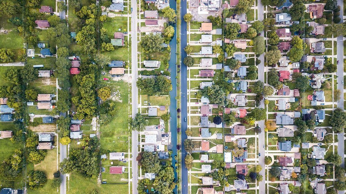 Os bairros Jefferson Chalmers e Grosse Pointe Park, em Detroit, são divididos por um canal.