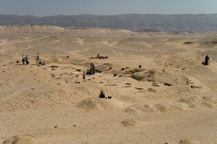 O antigo cemitério em Amarna, no Egito, onde foram encontradas as sepulturas com os cones.