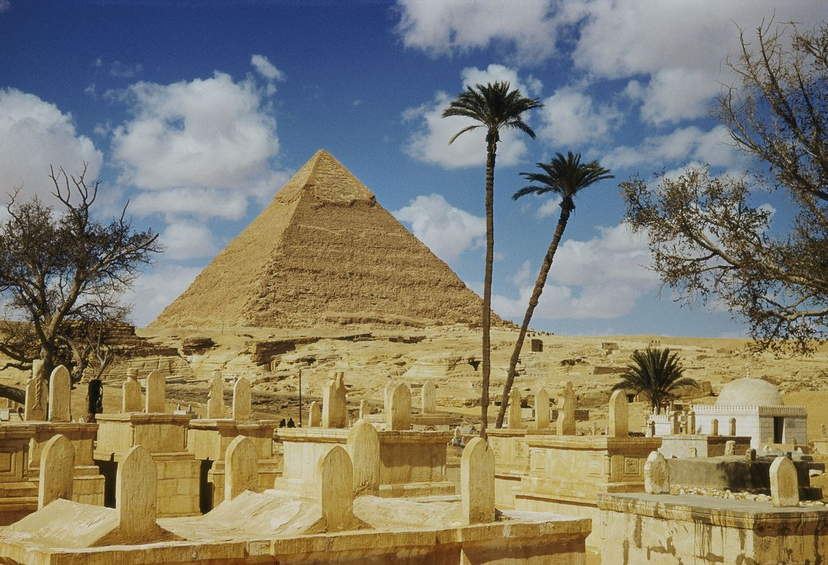 Uma das pirâmides de Gizé, vista de um cemitério árabe