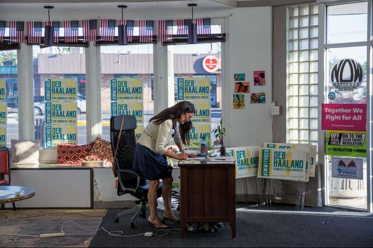 Haaland esboça um memorando na sede da sua campanha, em Nob Hill, Albuquerque.