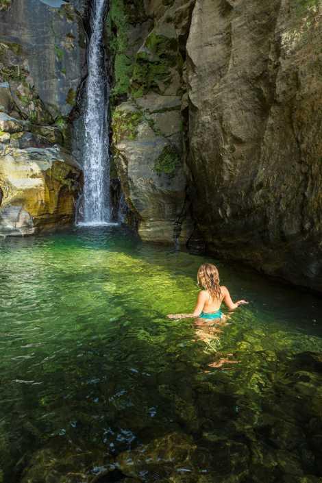 Violeta Lapa no seu primeiro contacto com as águas dos Açores.