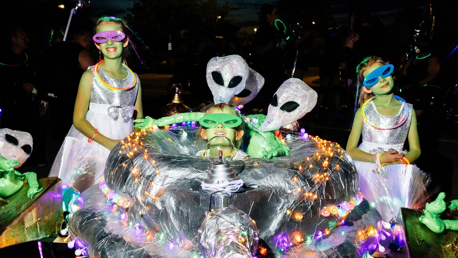Crianças mascaradas de extraterrestres preparam-se para caminhar no UFO Festival Light Parade 2018, em Roswell. Estas ...
