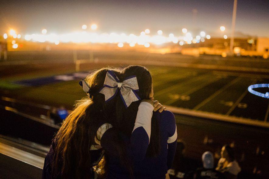 """As """"cheerleaders"""" Laysha Diego e Maleny Barba abraçadas durante o """"Lighting of the B"""", uma tradição ..."""