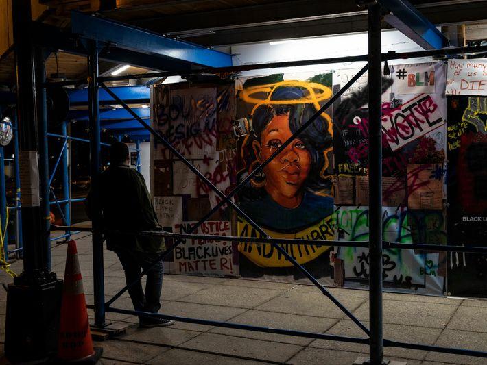 Na noite anterior à Marcha do Compromisso em Washington, um homem contemplava um mural que retratava ...