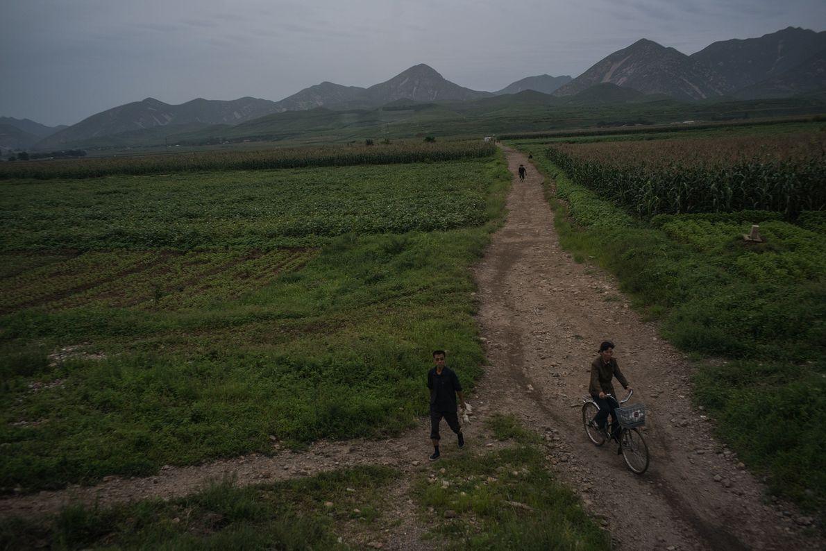 Uma estrada rural no campo, perto de Kaesong, na Coreia do Norte