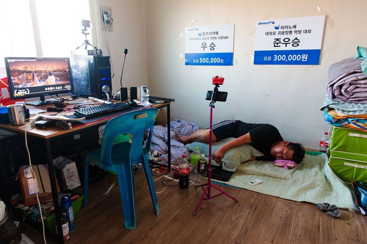 Lee, 31 anos, live streamer de Mukbang, adormece depois de uma sessão em Seul. Ao deixar ...