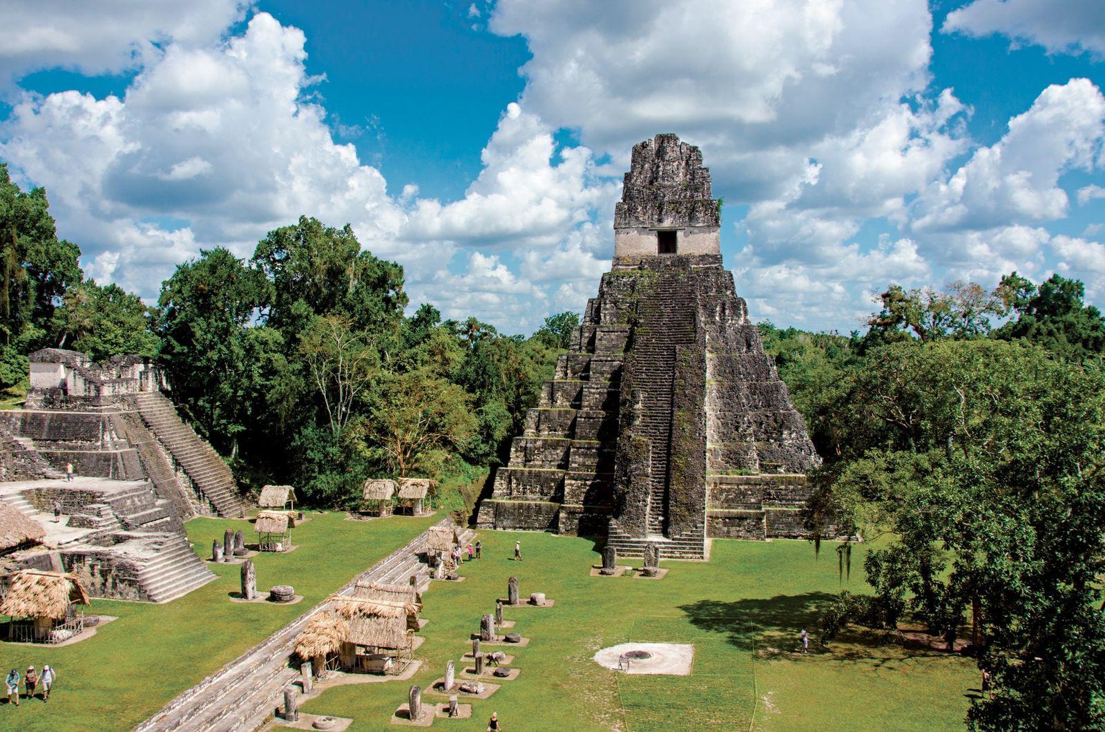 O Templo do Grande Jaguar ergue-se sobre a praça principal da antiga cidade maia de Tikal, ...