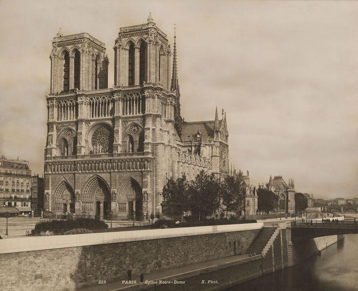 Situada nas margens do Rio Sena, a Catedral de Notre-Dame (vista aqui nos anos 1920) tem ...