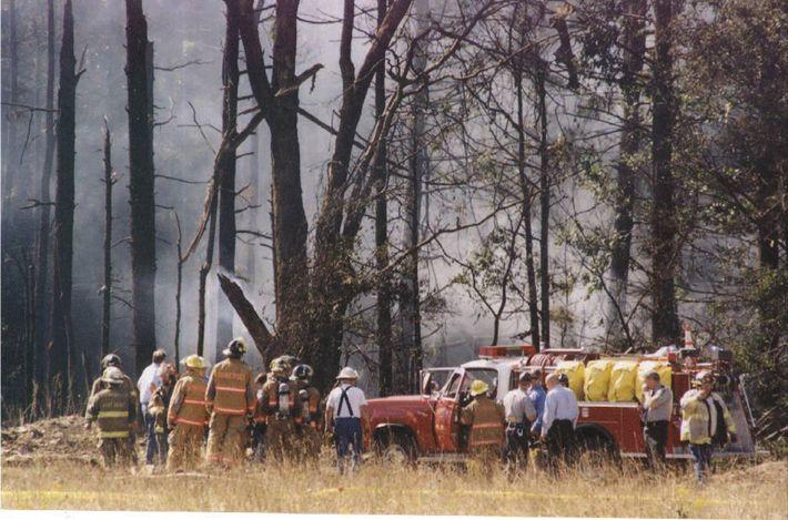 Bombeiros e equipas de emergência investigam a queda de um avião da United Airlines perto de ...