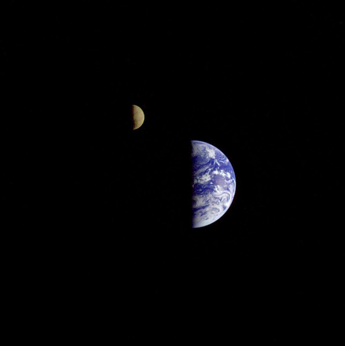 Imagem da Lua e da Terra vistas da Galileo