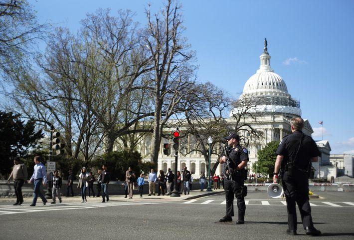 A Polícia do Capitólio dos EUA guarda o perímetro na Avenida da Independência enquanto o Edifício ...