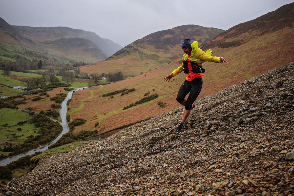 Imagem da atleta Mira Rai a correr no Lake District, em Inglaterra
