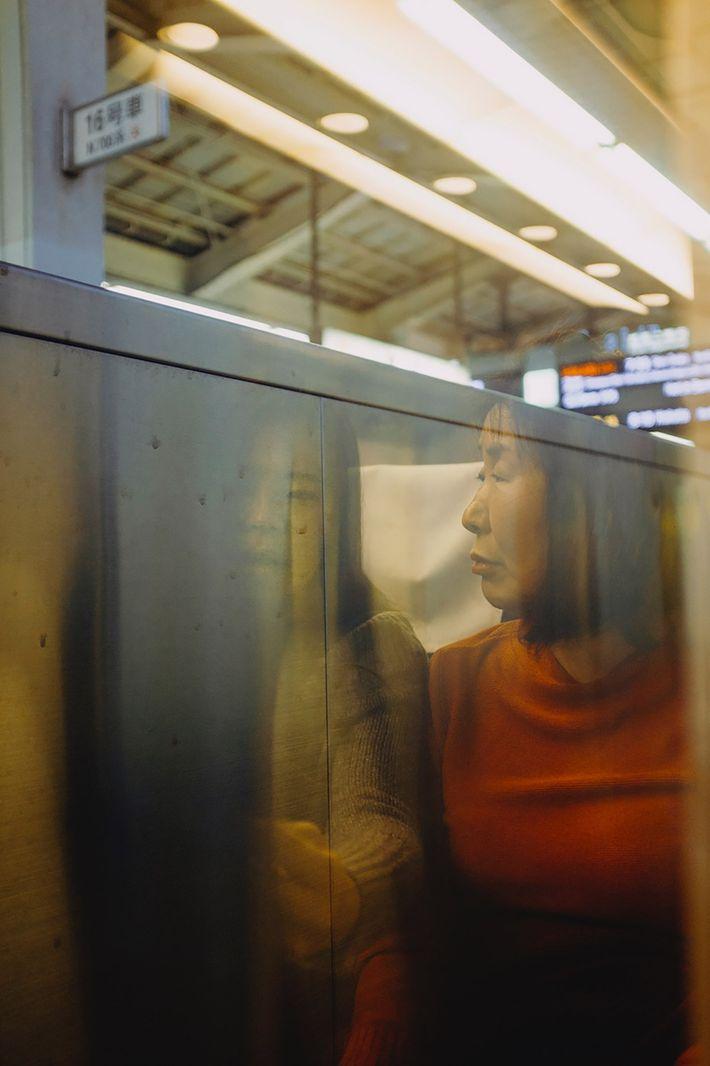 Duas passageiras sentadas no comboio Shinkansen, momentos antes de o comboio partir de Tóquio.