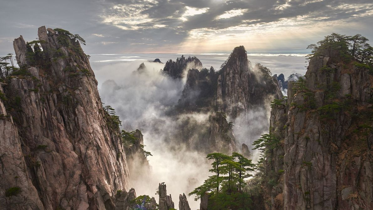 CORDILHEIRA DE MONTANHAS HUANGSHAN, CHINA