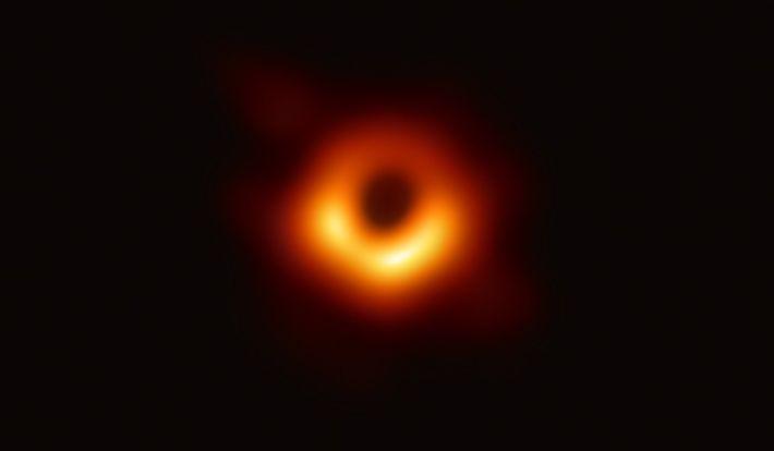 Em 2019, o Telescópio Event Horizon – um conjunto de radiotelescópios terrestres com uma escala planetária ...