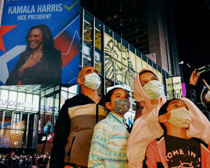 Ali, do Paquistão, comemora a vitória de Biden-Harris com a sua família em Times Square. Kamala ...