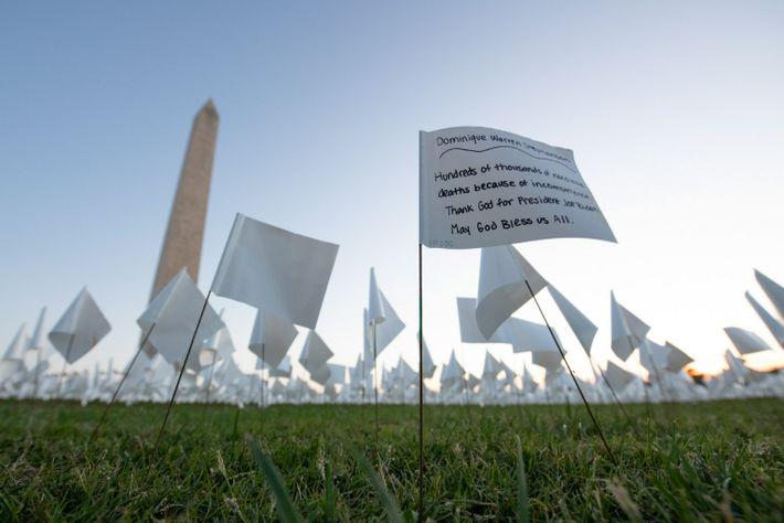 Os visitantes podem escrever mensagens pessoais para os seus entes queridos nas bandeiras brancas do National ...