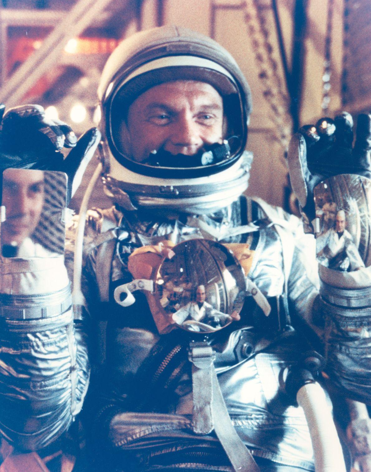 John Glenn posa com o seu fato Mercury. Os espelhos permitiam ao astronauta ver os instrumentos ...