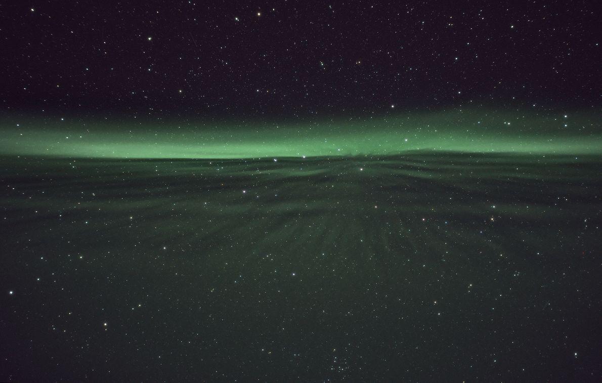 Uma aurora atravessa o céu em Sirkka, Finlândia.