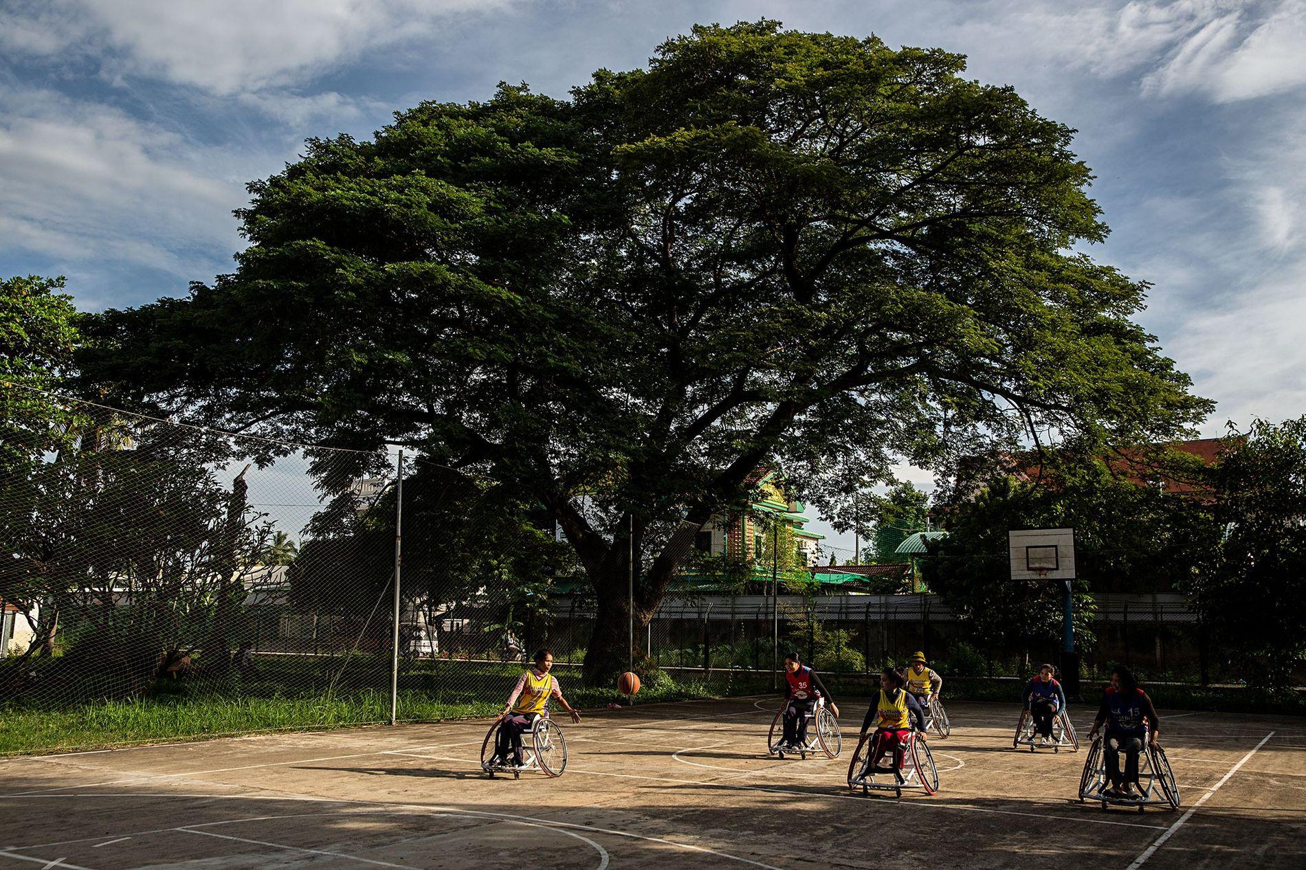 Depois dos Jogos Paralímpicos Asiáticos, as Battambang Roses regressaram aos treinos no seu campo.